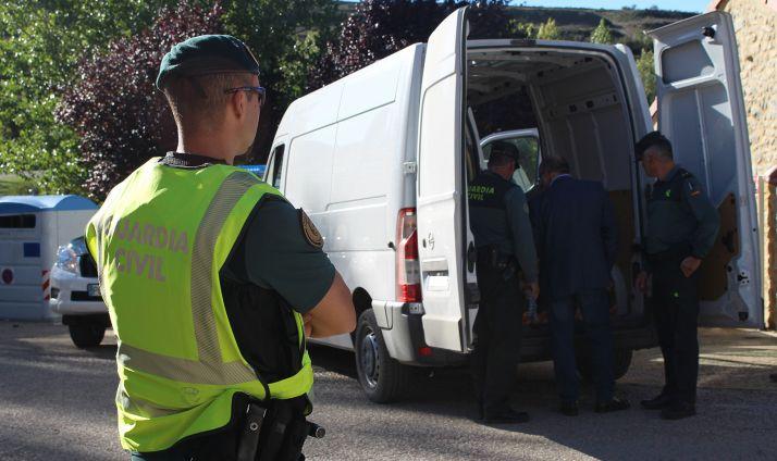 El subdelegado, entre los agentes de la GC en la revisión de una furgoneta en Villar del Río ayer. /GC