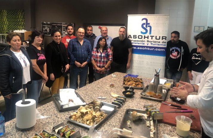 Foto 1 - Una veintena de cocineros actualiza conocimientos ante el inicio de la XII Semana de la Tapa Micológica