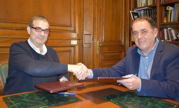 Alberto Santamaría y Benito Serrano rubrican el convenio.