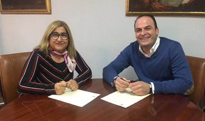 Encarnación Martínez, del IES Santa Catalina, con el alcalde.