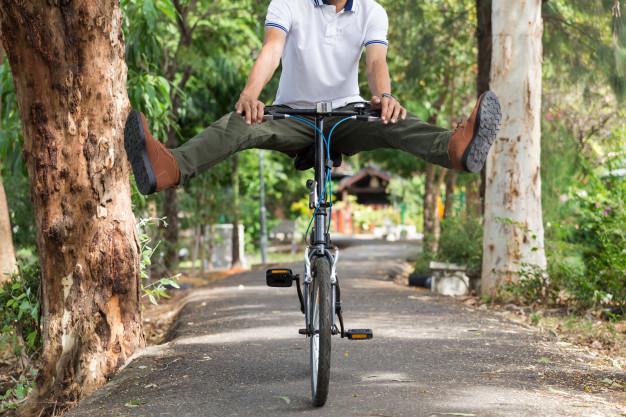 Hombre saltando en una bicicleta.