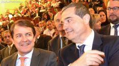 Alberto Santamaría, (dcha.), junto al presidente de la Junta, Alfonso Fernández Mañueco en la gala de esta noche. /SN
