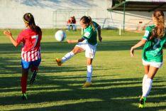 María Uriel golpea un balón ante el Atlético de Madrid en San Juan de Garray. Izana Silva