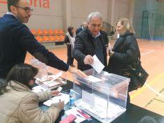 El tercero de la candidatura socialista al Senado, Carlos Lafuente, entrega su voto en Soria capital.