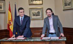Sánchez e Iglesias firman el preacuerdo de gobierno.