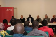 Encuentro de personas migrantes en el que han participado los candidatos al congreso y al senado junto al Secretario ejecutivo de política de Refugiados Luc Andre Diouf. PSOE