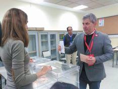 Javier Antón en su colegio electoral, en la capital soriana.
