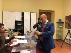 Jesús Manuel Alonso, candidato socialista al Senado entregando su voto.