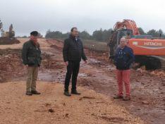 El candidato por Soria a la Cámara Alta, José Antonio Leal, ha acudido esta mañana a comprobar la situación en la que se encuentran las obras de la A11 a la altura del Temeroso.