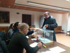 Miguel Latorre hace efectivo su voto en Garray. Vive en la pedanía de Tardesillas.