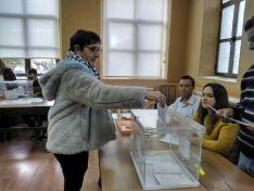 Pilar Delgado votando en San Esteban de Gormaz.