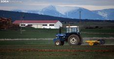 Un tractor realizando labores agrícolas en las inmediaciones del Moncayo. /SN
