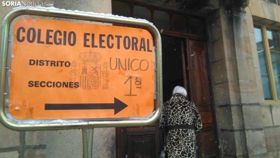 Entrada al colegio electoral de Covaleda este domingo por la mañana. /SN