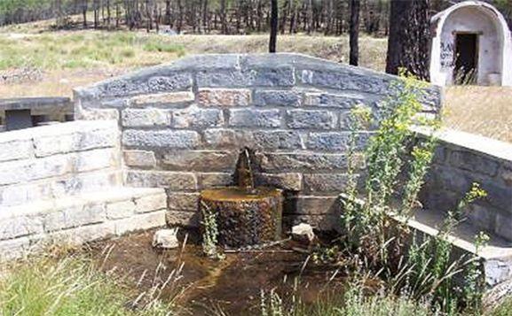 Fuente y un chozo de resineros en un pinar de Tardelcuende.