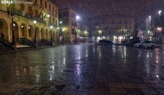 Precipitaciones de nieve en la plaza Mayor durante la tarde de ayer jueves. /SN