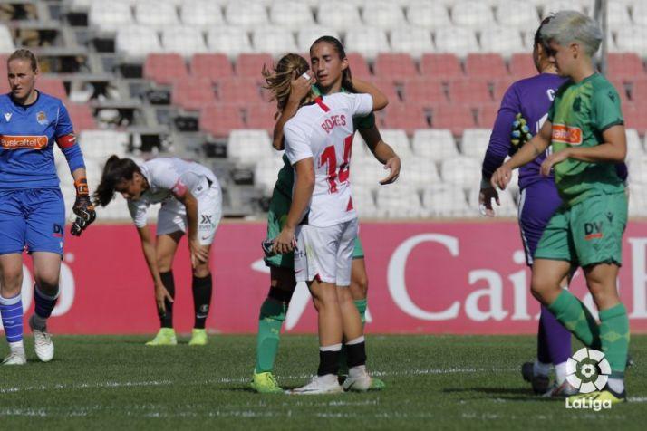 Lucía Rodíguez, de la Real Sociedad, da 'el pésame' a las jugadores hispalenses. LaLiga