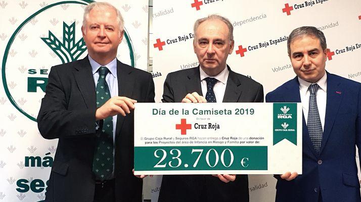 Foto 1 - El Grupo Caja Rural entrega 23.700 € para Cruz Roja gracias al Día de la Camiseta