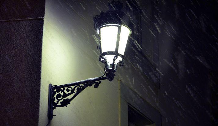 Una farola del Casco ilumina la nieve caída en la tarde del pasado día 14. /SN