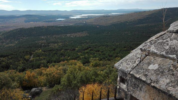 Vista desde la espadaña de la ermita del Castillo, con el pantano de la Cuerda del Pozo al fondo. /p.v.
