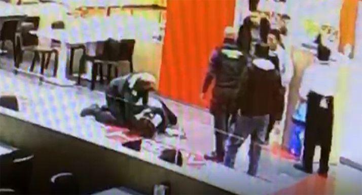 Imagen del auxilio tomada por una de las cámaras de seguridad en el establecimiento. /GC