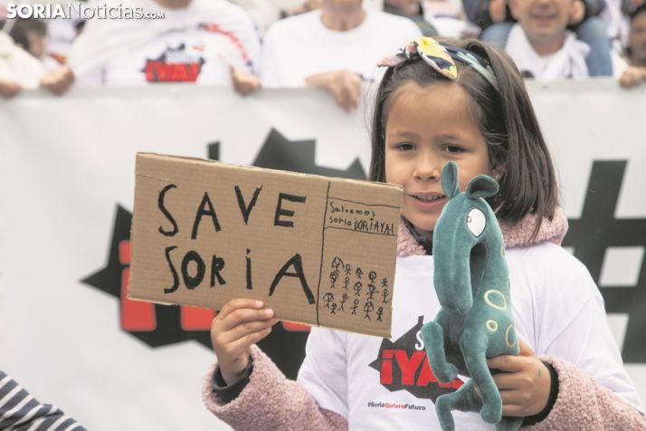 """Una pequeña pide """"Salvar Soria"""" en Madrid. María Ferrer"""