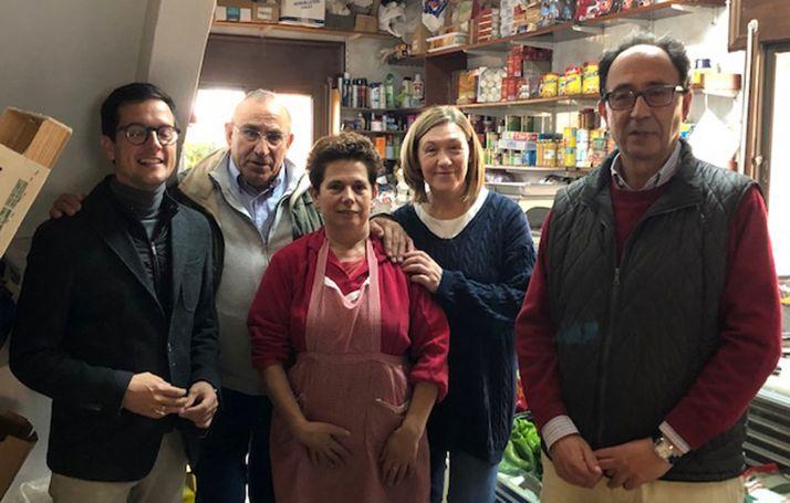 Candidatos del PP en una tienda rural de ultramarinos este miércoles.