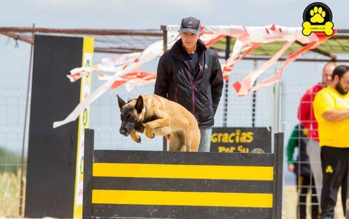 El can con su dueño durante las pruebas.