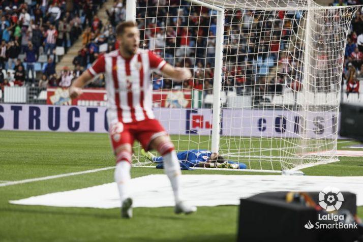 Foto 1 -  El Numancia termina su racha y pierde ante el Almería (2-0)