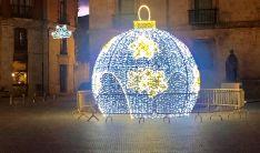 Bola navideña en la plaza Mayor de Almazán que se enciende oficialmente este viernes.