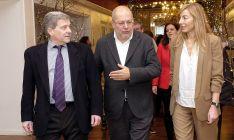 Igea, en el centro, durante su visita a León este miércoles.