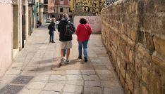 Un grupo de visitantes en una de las calles del Casco viejo de la capital. /SN