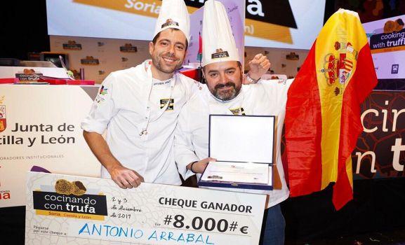 Arrabal, (dcha.), con su compañero Javier Andrade tras recoger el premio.