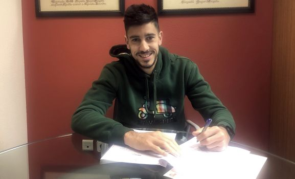 Dani Barrio rubricando el acuerdo este miércoles. /CDN