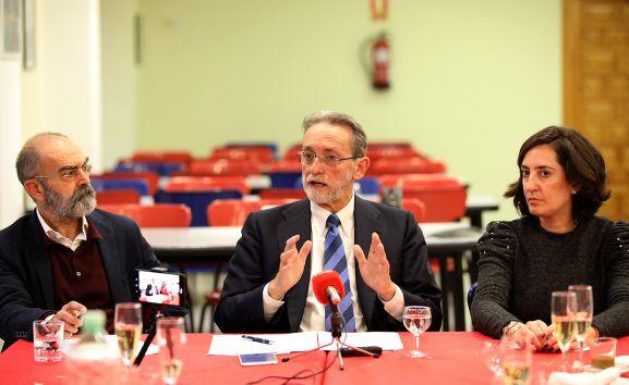 De izquierda a derecha, José Ángel González Sáinz (CIAM), José María Rodríguez-Ponga (secretario FDS) Y Reyes Velasco (vicesecretaria FDS).