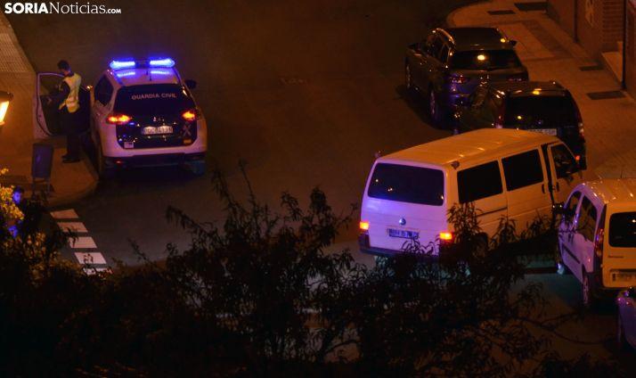 La Guardia Civil en la custodia de uno de los vehículos decomisados en la calle San Martín de Finojosa. /SN