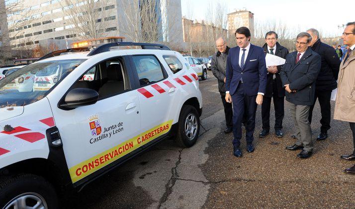 El consejero en la entrega de los vehículos. /Jta.