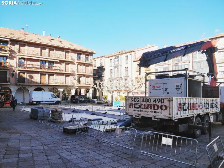 Pista de patinaje sobre hielo en montaje en Soria. SN