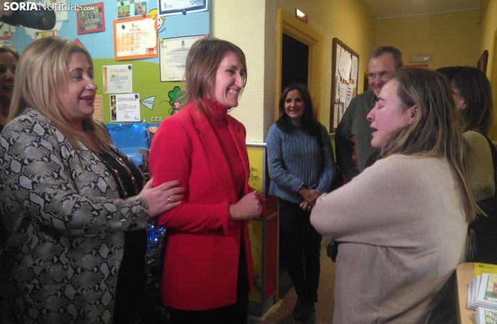 Rocío Lucas atiende a los padres de alumnos del CEE Santa Isabel.
