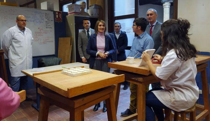 La consejera soriana (ctro.) en su visita la escuela de Segovia. /Jta.