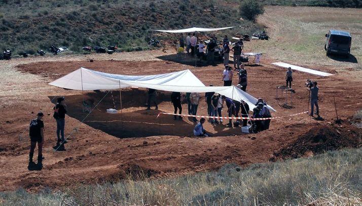 La apertura de las fosas en La Riba de Escalote este verano. /ASRD