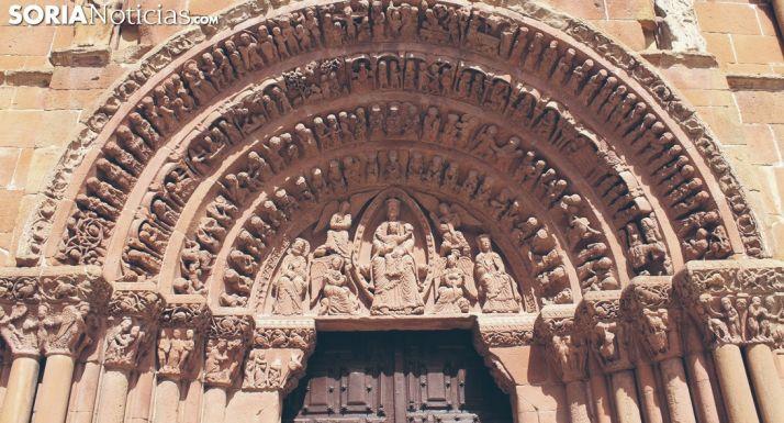 Parte superior de la fachada de Santo Domingo, donde sobresale la 'biblia en piedra'.