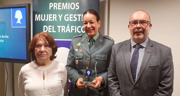 Teresa Miras, arropada por la jefa provincial de Tráfico, Francisca Delgado y por el subdelegado Miguel Latorre. /SdG