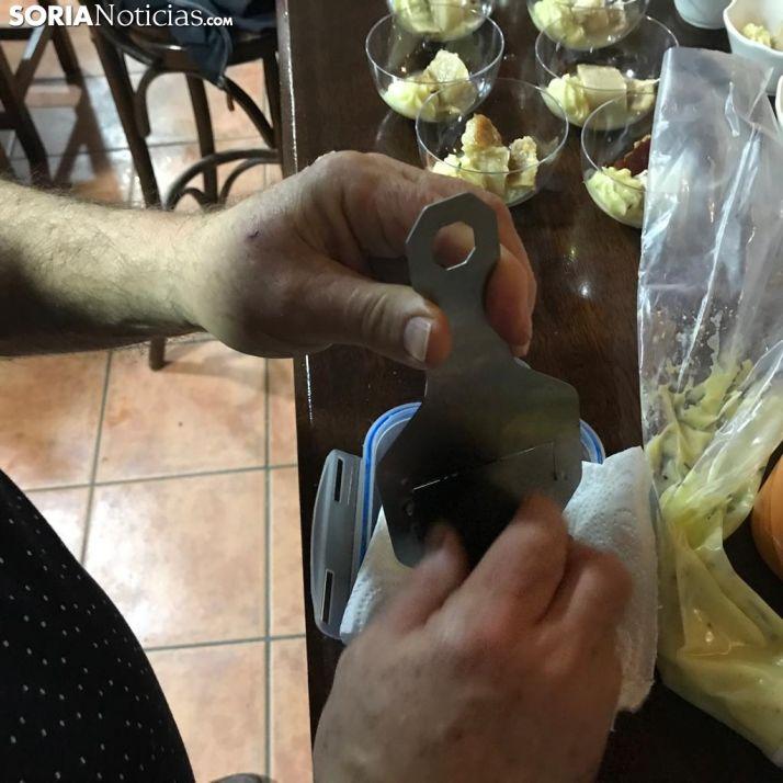 Goyo Miguel prepara su plato estrella.