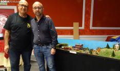 José Iglesias y Javier Homs junto a una de sus maquetas que se exponen en el Casino. /SN