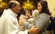 El párroco, Manuel Peñalba, conversa con una propietaria en el acto de bendición. /SN
