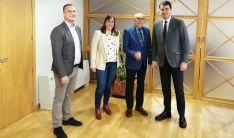 El consejero de la Presidencia (dcha.) y los representantes de CERMI Castilla y León. /Jta.