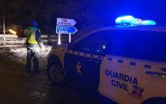 La Guardia Civil en un siniestro en Adradas donde una conductora se había quedado bloqueada por la nieve hoy. /GC