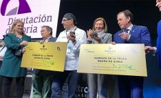 Una imagen tras la subasta con los adjudicatarios de las trufas y responsables de la Diputación.