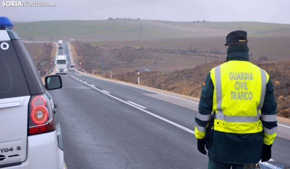 Un agente en una de las carreteras sorianas. /SN