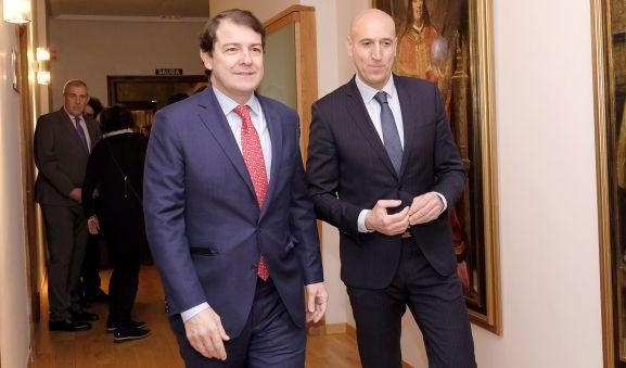 El presidente de la Junta (izda.) y el alcalde de León este martes. /Jta.